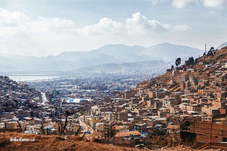 Reisfotografie, uitzicht over Puno in Peru- foto door fotograaf Feike Faase