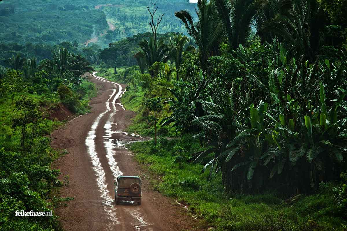 Terreinwagen rijdt door Amazone; foto gemaakt door Feike Faase