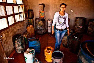 Reisfotografie: Alternatieve benzinestation bij vrouw thuis in Brazlië; foto door fotograaf Feike Faase