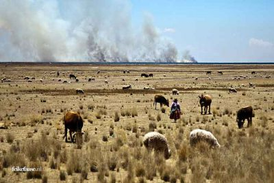 Reisfotografie: Vuur rook aan horizon van landschap in Peru; foto door fotograaf Feike Faase