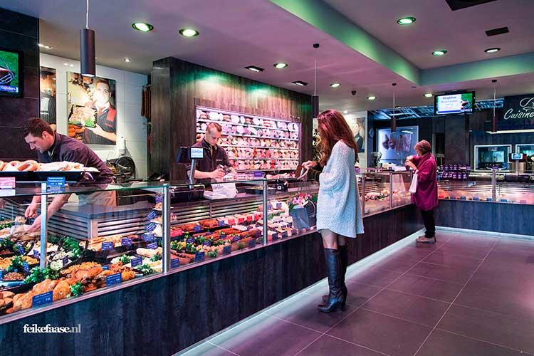 Bedrijfsfotografie, vrouw winkelt in een moderne slagerij; foto gemaakt door fotograaf Feike Faase