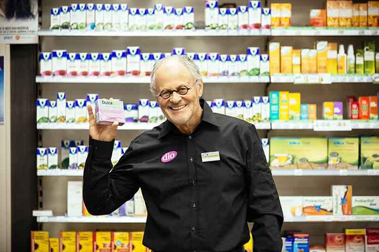 Bedrijfsfotografie, man toont product in drogisterij; foto gemaakt door fotograaf Feike Faase