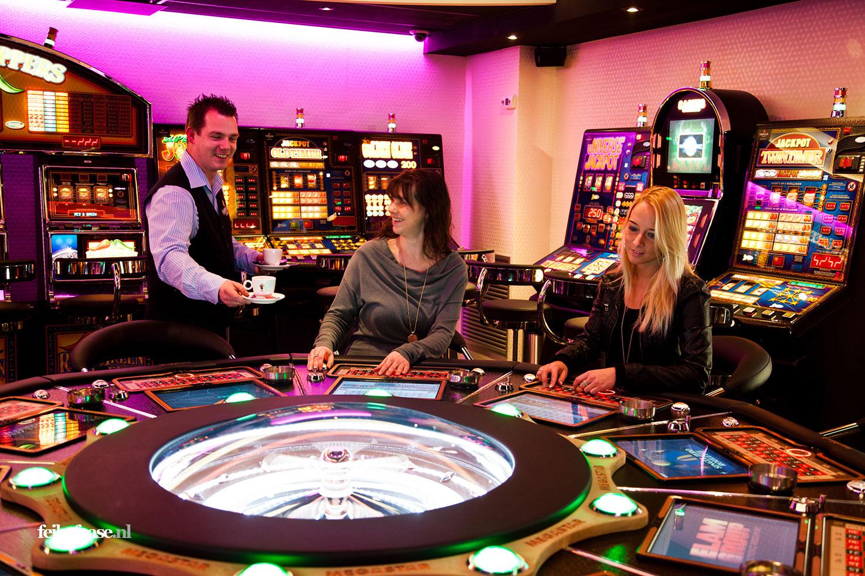 Bedrijfsfotografie , dames spelen gezellig een spel in casino; foto gemaakt door fotograaf Feike Faase
