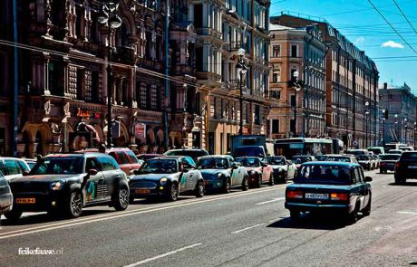 Reisfotografie: Mini's rijden door stad Sint Petersburg Rusland; foto door fotograaf Feike Faase