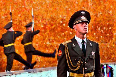Reisfotografie: Erewacht soldaten bij graf Rusland; foto door fotograaf Feike Faase