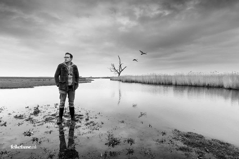 Fotograaf Feike Faase uit Amersfoort staat in landschap